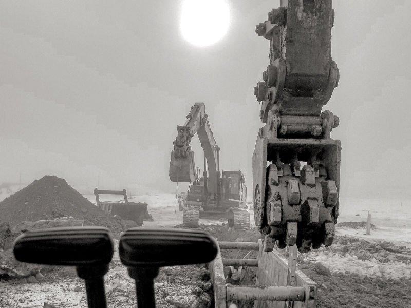 Excavator roller bucket and digging bucket